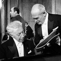 Roger-Viollet | 464455 | Arthur Rubinstein (1887-1982), Polish-born American pianist, and Paul Kletzki (1900-1973), Polish composer and conductor, with Paris orchestra. Paris, Théâtre des Champs-Elysées, December 1968. | © Studio Lipnitzki / Roger-Viollet
