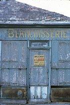 Roger-Viollet | 466511 | Former laundry in the district of Belleville. Paris (XXth arrondissement), November 1966. Photograph by Léon Claude Vénézia (1941-2013). | © Léon Claude Vénézia / Roger-Viollet