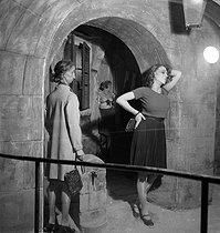 Roger-Viollet | 468928 | Interior of the Musée Dupuytren, museum of wax anatomical items and specimens. Paris (VIth arrondissement), rue de l'Ecole-de-Médecine, circa 1930. | © Gaston Paris / Roger-Viollet