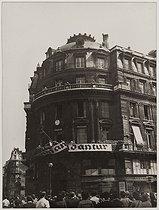 Roger-Viollet | 471711 | Liberation of Paris on August 25, 1944. After the surrender of the Kommandantur, place and avenue de l'Opéra. Paris (IXth arrondissement). Photograph by the LAPI agency (Les Actualités Photographiques Internationales). Paris, musée Carnavalet. | © LAPI / Roger-Viollet