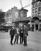 Roger-Viollet | 472873 | The Moulin-Rouge cabaret, boulevard de Clichy. Paris (XVIIIth arrondissement), circa 1925. | © Albert Harlingue / Roger-Viollet
