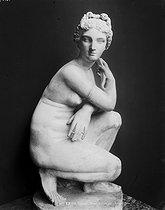 Roger-Viollet | 473472 | Vénus accroupie, Louvre. | © Léopold Mercier / Roger-Viollet