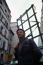 Roger-Viollet | 473925 | Mr Faccio, itinerant glazier. Paris (XIth arrondissement), 1976. Photograph by Léon Claude Vénézia (1941-2013). | © Léon Claude Vénézia / Roger-Viollet