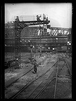Roger-Viollet | 477010 | World War One. New jobs for women since the beginning of the war: line guard at the Gare du Nord train station. Paris, June 1917. | © Excelsior - L'Equipe / Roger-Viollet