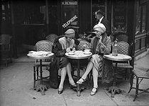 Roger-Viollet | 477199 | Paris - Café terrace | © Maurice-Louis Branger / Roger-Viollet