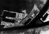 Roger-Viollet | 481471 | World War II. Cargo ships waiting for the end of the German bombing on the Suez Canal and on the port facilities. Aerial view, May 1941. | © Roger-Viollet / Roger-Viollet