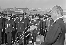 Roger-Viollet | 482039 | Georges Pompidou visite le sous-marin  le Redoutable  avec Michel Debré (ministre de la Défense Nationale). Brest, octobre 1971. | © Jacques Cuinières / Roger-Viollet