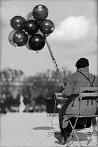 Roger-Viollet   482896   Balloon seller at the Tuileries Garden. Paris (Ist arrondissement), March 1938.   © Pierre Jahan / Roger-Viollet