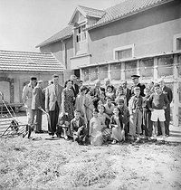 Roger-Viollet | 485951 | Enfants oranais de harkis en vacances, au centre, le ministre des Anciens combattants, Jean Dulin. Rambouillet (Yvelines) 1er août 1957. | © LAPI / Roger-Viollet