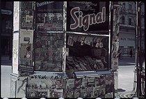 Roger-Viollet | 486144 | World War II. Newspaper kiosk, Paris. Photograph by André Zucca (1897-1973). Bibliothèque historique de la Ville de Paris. | © André Zucca / BHVP / Roger-Viollet