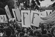 Roger-Viollet | 487007 | Demonstration for the freedom of abortion. Paris, on October 6, 1979. Photograph by Janine Niepce (1921-2007). | © Janine Niepce / Roger-Viollet
