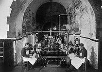 Roger-Viollet | 488578 | Vins de Champagne. Un chantier de dégorgement, 1936. | © Jacques Boyer / Roger-Viollet