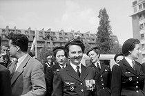 Roger-Viollet | 489234 | Geneviève de Galard, nurse in Dien-Bien-Phu, decorated with the medal of the aeronautics, on June 4, 1954. | © Roger-Viollet / Roger-Viollet