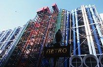 Roger-Viollet | 489284 | The centre Georges Pompidou, Beaubourg,  freshly repainted . Paris (IVth arrondissement), 1997. | © Jean-Pierre Couderc / Roger-Viollet