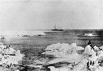 Roger-Viollet | 490049 | Bateau d'une expédition dans l'Antarctique. Photographie de Léopold Mercier. | © Léopold Mercier / Roger-Viollet