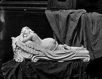 Roger-Viollet | 490239 | Huguenin. The nap. | © Léopold Mercier / Roger-Viollet