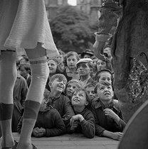 Roger-Viollet | 491150 | Fun fair : spectators. France, circa 1935. | © Gaston Paris / Roger-Viollet