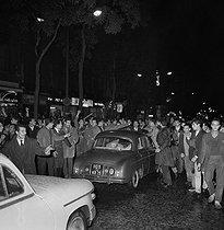 Roger-Viollet | 493300 | Algerian War. Demonstration of Algerian workers. Paris, on October 17, 1961. | © Jacques Boissay / Roger-Viollet