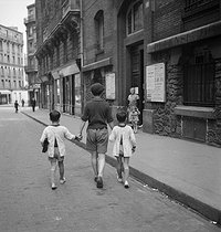 Roger-Viollet | 494063 | Children going to school. Paris, circa 1930. | © Gaston Paris / Roger-Viollet