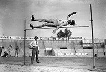 Roger-Viollet | 495280 | High jump. | © LAPI / Roger-Viollet