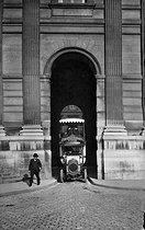 Roger-Viollet   498718   Bus at the Carrousel. Paris, around 1900.   © Neurdein / Roger-Viollet