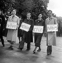 Roger-Viollet | 500602 | World War II. German occupation. May 1st, 1941 in Paris. Young Pétain supporters, selling badges of the Marshal. | © Pierre Jahan / Roger-Viollet