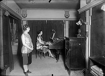 Roger-Viollet | 500718 | Débuts de la radio. Studio de l'emetteur TSF de la Tour Eiffel. 1925. | © Roger-Viollet / Roger-Viollet