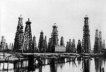 Roger-Viollet | 501404 | Baku's oil well (Aserbaidschan, USSR), in March, 1934. BOY-25737 | © Jacques Boyer / Roger-Viollet