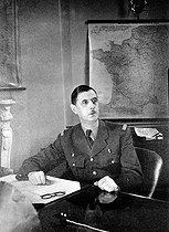 Roger-Viollet | 501409 | General De Gaulle (1890-1970), French statesman, in his office. London (England), 1942. | © Roger-Viollet / Roger-Viollet
