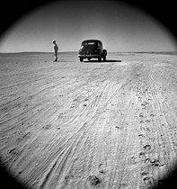 Roger-Viollet | 501608 | Desert. Wadi Halfa (Sudan), February 1955. Photograph by Hélène Roger-Viollet (1901-1985). | © Hélène Roger-Viollet / Roger-Viollet