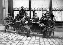 Roger-Viollet | 502831 | Workers at the terrace of a café. France, circa 1910. | © Albert Harlingue / Roger-Viollet
