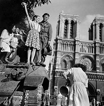 Roger-Viollet | 503097 | World War II. Liberation of Paris on August 25, 1944, 7a.m. in front of Notre Dame de Paris Cathedral. On the tank, Michel Frys, who was later wounded by an ambushed German. | © Gaston Paris / Roger-Viollet