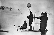 Roger-Viollet | 503166 | Expedition of Jean Charcot to Antartica (1908-1910). Lauching of a meteorological balloon. | © Albert Harlingue / Roger-Viollet