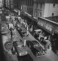 Roger-Viollet | 503405 | Rue de Seine. Paris (VIth arrondissement), 1950s. Photograph by Janine Niepce (1921-2007). | © Janine Niepce / Roger-Viollet