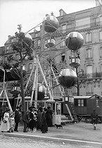 Roger-Viollet | 506238 | France - Fun fair | © Maurice-Louis Branger / Roger-Viollet
