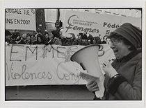 Roger-Viollet | 507610 | Manifestation contre les violences faites aux femmes. Josée Pépin. Le 25 novembre 2008. Photographie de Catherine Deudon (née en 1940). Paris, Bibliothèque Marguerite Durand. | © Catherine Deudon / Bibliothèque Marguerite Durand / Roger-Viollet