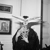 Roger-Viollet | 510456 | Leonor Fini (1908-1996), peintre italienne. Paris, 1954. | © Boris Lipnitzki / Roger-Viollet