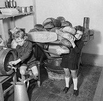 Roger-Viollet | 511241 | Enfants et pains. Colonie de vacances. France, 1946. | © Gaston Paris / Roger-Viollet