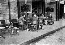 Roger-Viollet | 514715 | Terrace of a café in the Marais. Paris, around 1935. | © LAPI / Roger-Viollet