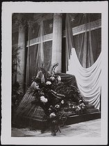 Roger-Viollet | 514952 | Corpse of Jean Jaurès (1859-1914), French politician, transferred to the Pantheon. The catafalque. Paris, on November 23, 1924. | © Photo Rap / Roger-Viollet