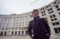 Roger-Viollet | 515218 | Ricardo Bofill (né en 1939), architecte catalan, sur le chantier du Jardin des Colonnes. Paris (XIVème arr.), 1984. | © Jean-Pierre Couderc / Roger-Viollet