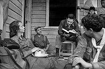 Roger-Viollet | 515417 | Raúl Castro talking with a family of countrymen. Cuba, 1964. | © Gilberto Ante / Roger-Viollet
