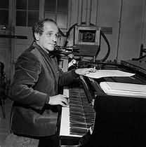 Roger-Viollet | 516775 | Léo Ferré (1916-1993), French singer, at the Vieux Colombier. Paris, January 1961.$$$ | © Studio Lipnitzki / Roger-Viollet
