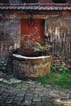 Roger-Viollet | 518490 | Old well, rue de Belleville. Paris (XIXth arrondissement), September 1969. Photograph by Léon Claude Vénézia. | © Léon Claude Vénézia / Roger-Viollet