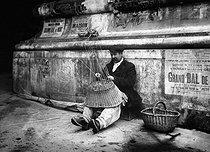 Roger-Viollet | 518521 | Mender of baskets. Paris, 1908. | © Jacques Boyer / Roger-Viollet