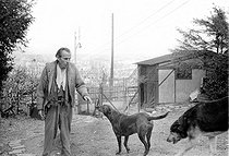 Roger-Viollet | 519821 | Louis-Ferdinand Céline (1894-1961), French writer, with his dogs.Meudon (France), 1955. | © Bernard Lipnitzki / Roger-Viollet