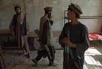Roger-Viollet   522002   Second war in Afghanistan between the USA and the Northern Alliance against the Taliban following the September 11, 2001 attacks. Mujahideen on the Northern Alliance front line in Kapisa, north of Kabul. Afghanistan, September-October 2001.   © Jean-Paul Guilloteau / Roger-Viollet