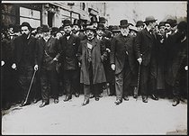 Roger-Viollet | 522365 | Parade of French socialist deputies during the funeral of Jean Jaurès (1859-1914), French politician. Paris, on August 4, 1914. | © Albert Harlingue / Roger-Viollet