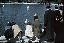 Roger-Viollet | 523998 | World War II. Luxembourg gardens, Paris. Photograph by André Zucca (1897-1973). Bibliothèque historique de la Ville de Paris. | © André Zucca / BHVP / Roger-Viollet