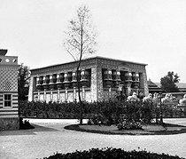 Roger-Viollet | 524387 | Exposition universelle de 1867, Paris. Le temple d'Edfou, dans le Parc égyptien. | © Léon & Lévy / Roger-Viollet